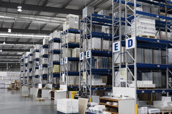 Typische Lagerhalle mit HQL Leuchten -  Perfekt umrüstbar mit AWSystems LED Hallenleuchten
